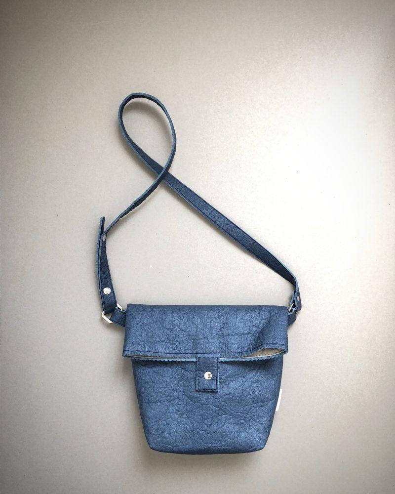 Bolso bandolera azul índigo de cuero vegetal